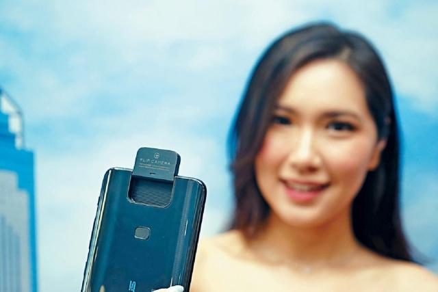 自拍時Flip Camera向前180度翻轉變作前置鏡頭。