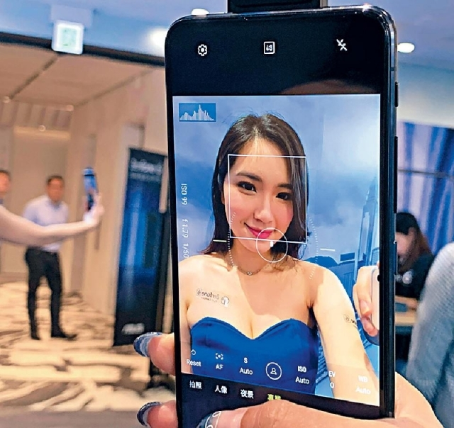 既拍得4,800萬像素Selfie,還可使用專業模式,甚至自拍4K超清片。