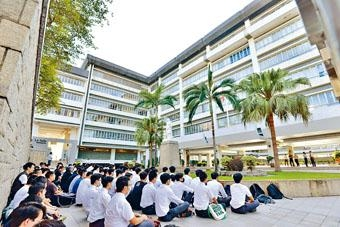 ■喇沙書院昨再有學生發起靜坐,不滿修訂《逃犯條例》及警方使用武力。