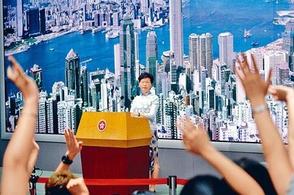■傳媒紛紛舉手,冀向特首發出提問。