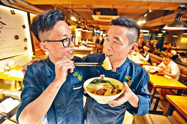 ■五十歲的韓宗博(右),與二十二歲的兒子韓子俊合力經營食肆。