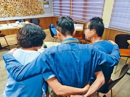 ■阿豪(中)十六歲時因販毒入獄,他向父母承諾會做一個乖兒子。