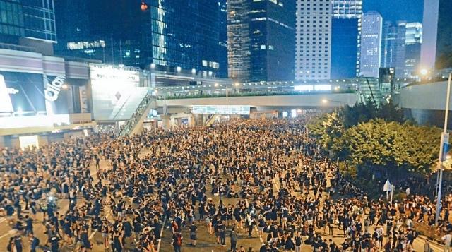 ■遊行人士晚上聚集在政府總部對出的金鐘夏愨道。