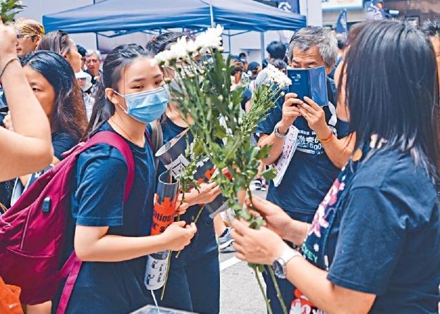 ■有街站提供白花予市民,向死亡示威者悼念。