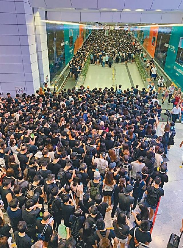 ■香港站逼滿示威市民。