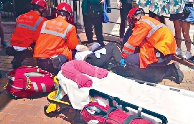 ■其中一名受傷途人在路邊接受初步治療。