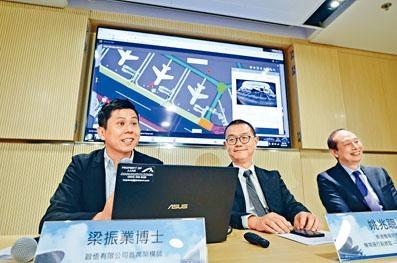 ■機管局機場運行副總監(運作及服務)姚兆聰(中)表示,「物聯網強化飛行區管理系統」於去年十月起試行,以提升行李運送效率。