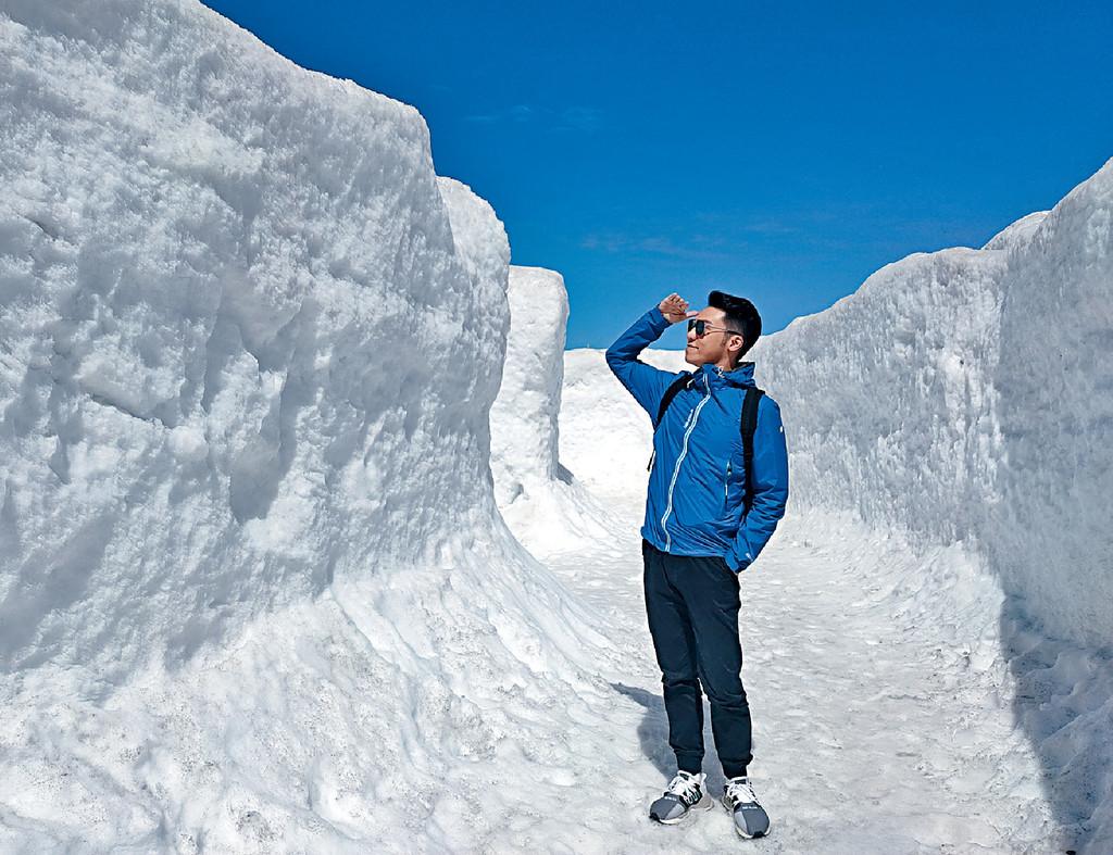 ■王賢誌在立山黑部的雪之大谷看13米高雪牆。