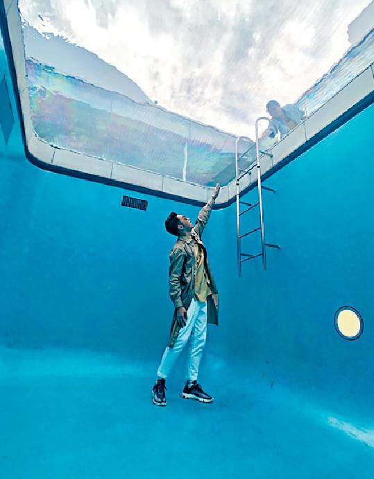 ■王賢誌參觀金澤21世紀美術館,這是全球知名的「泳池」展品。