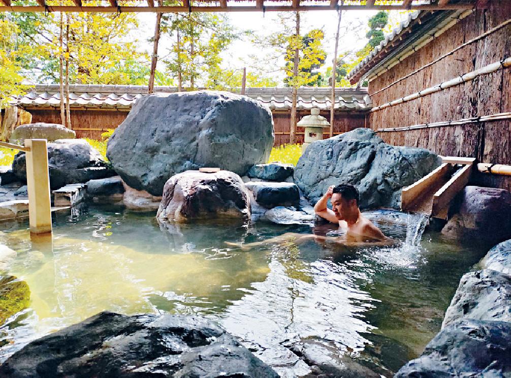 ■王賢誌表示當地天氣仍很清涼,在高山浸溫泉好舒服。
