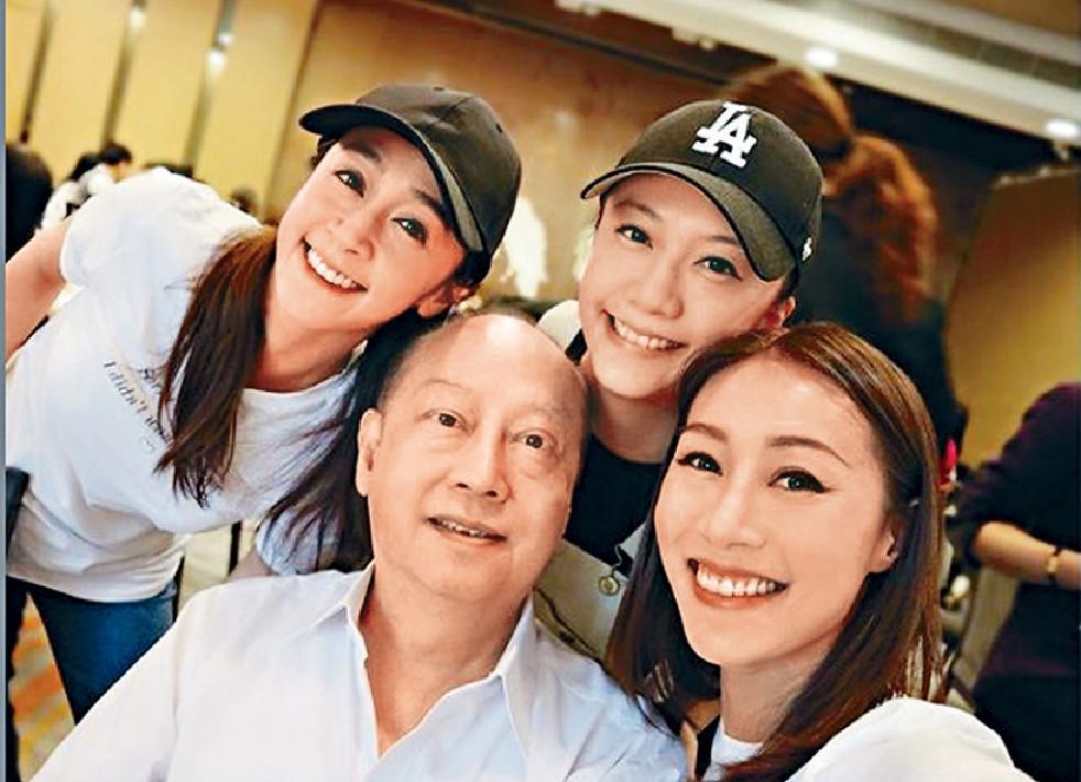 ■黃家三位女兒為爸爸慶祝,黃心穎就繼續「消失」。網上圖片