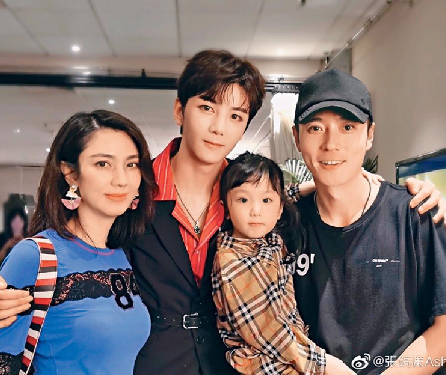 ■洪欣的兒子晒溫馨家庭照。網上圖片