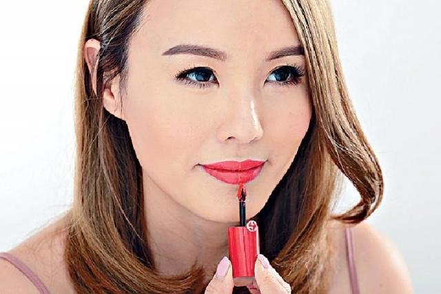 ■隨着水份徐徐揮發,精華油與色素微粒互相融合,唇膏色彩便會更緊貼唇部。
