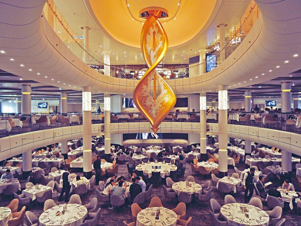 主餐廳最多可同時容納一千八百八十四人用膳,品嘗早、午、晚三餐供應的中、西美食。