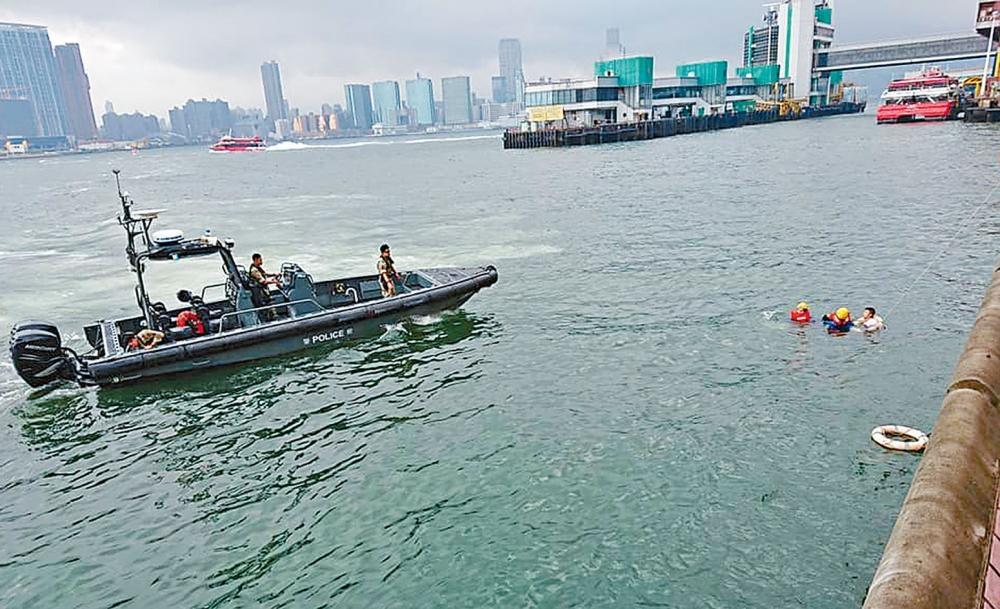 休班警跳海拯救墮海女子,水警小艇亦趕至救援。