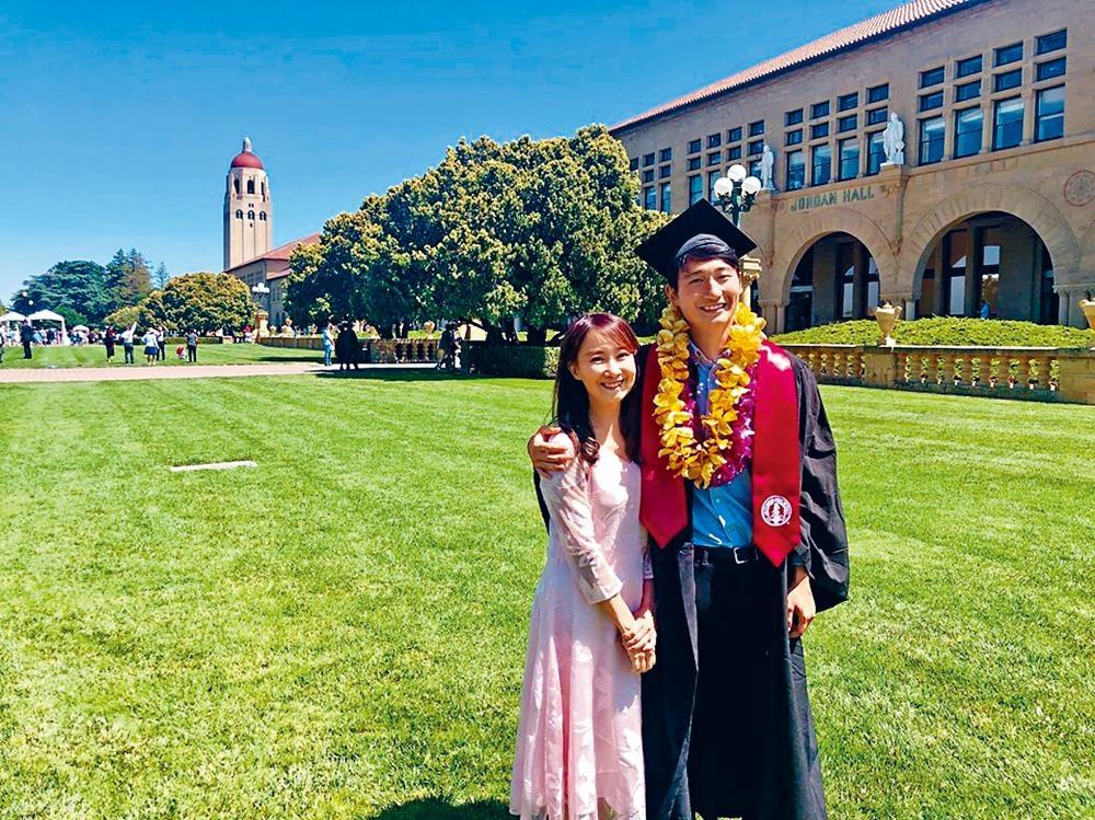 細仔協平畢業,Agnes與兒子在史丹福校園開心拍照留念。