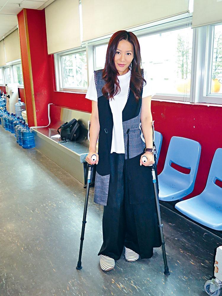 阿滕內地拍戲傷腳,老公以激將法提醒她錫身。