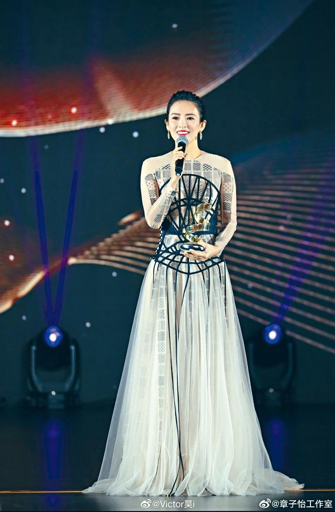 章子怡獲「微博電影之夜」頒「最具國際影響力演員」,即場宣布帳號改回本名。
