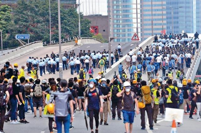 ■夏慤道昨早被群眾堵塞,人群十時許開始散去。