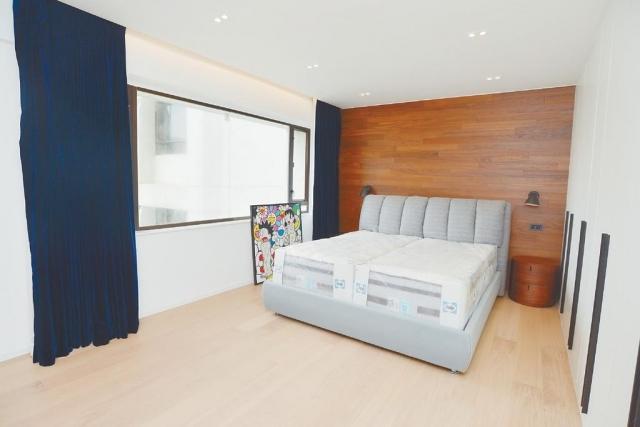 ■主人套房實用率高,可三邊下牀,旁邊為入牆式八門衣櫃。
