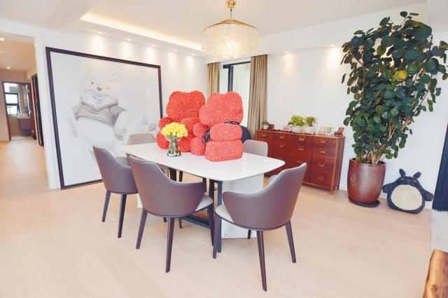■飯廳位置闊落,放置長方形餐桌和大畫點綴。