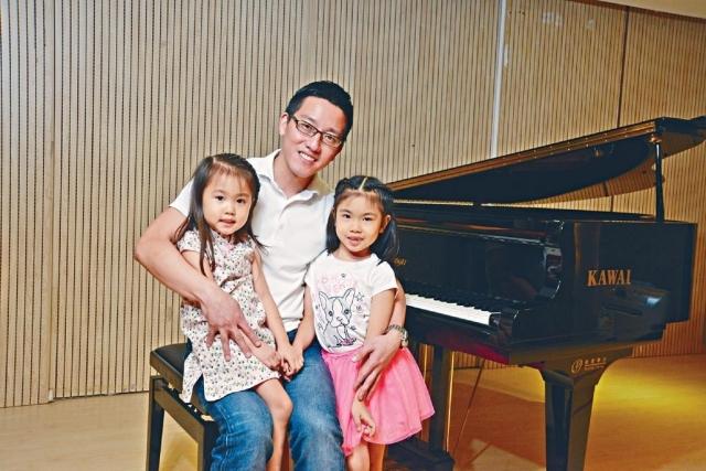 ■Phoebus與女兒Karissa(右)和Greta(左)關係融洽。