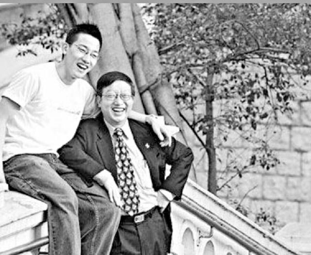 ■Phoebus很感激爸爸(右)對自己的支持和鼓勵。(黑白相片)