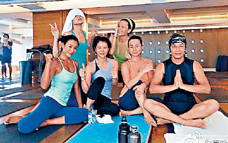 ■黃佩霞不時與好友袁詠儀(前左二)、蔡一傑夫婦(前右)等一齊做瑜伽。