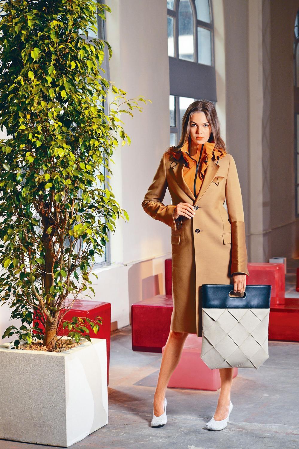 駝色羊毛長褸、橙色風褸、黑色羊皮拼編織帆布The Slip手袋、白色織皮方頭Bloc高跟鞋。