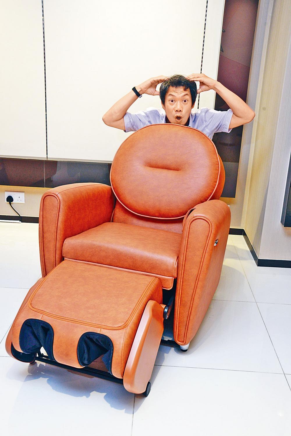 收納後不足一米高的小型按摩椅,啟動後竟可提供頭頸部位的按摩功能。