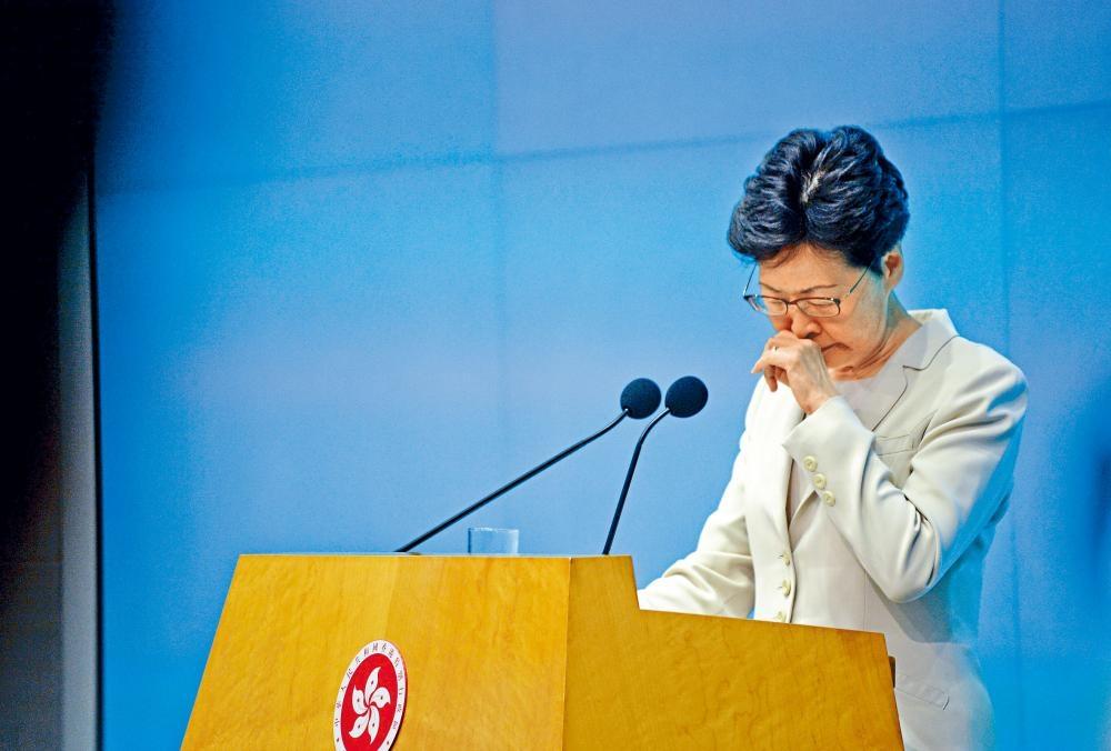 林鄭月娥在爭議聲中現身,向每一個市民真誠致歉。