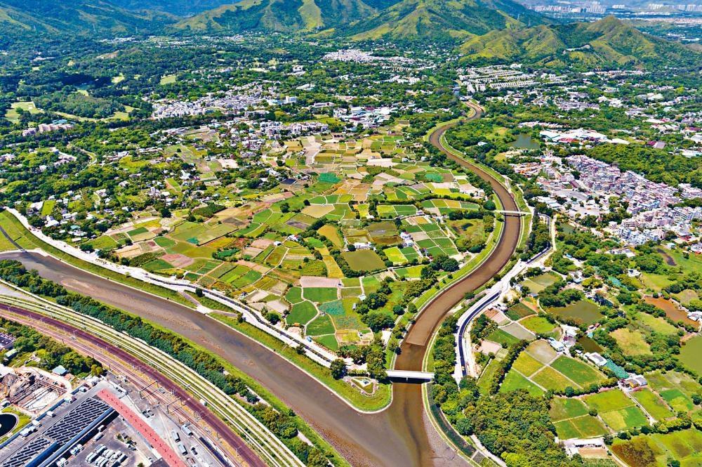 當局着手在新界各區制訂綠化總綱圖。優先綠化工程在葵青、荃灣、離島、北區及大埔區展開。
