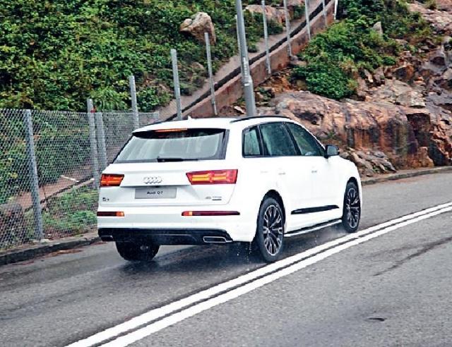 ■受惠Quattro四驅系統,雨天濕路馳騁格外安全穩定。