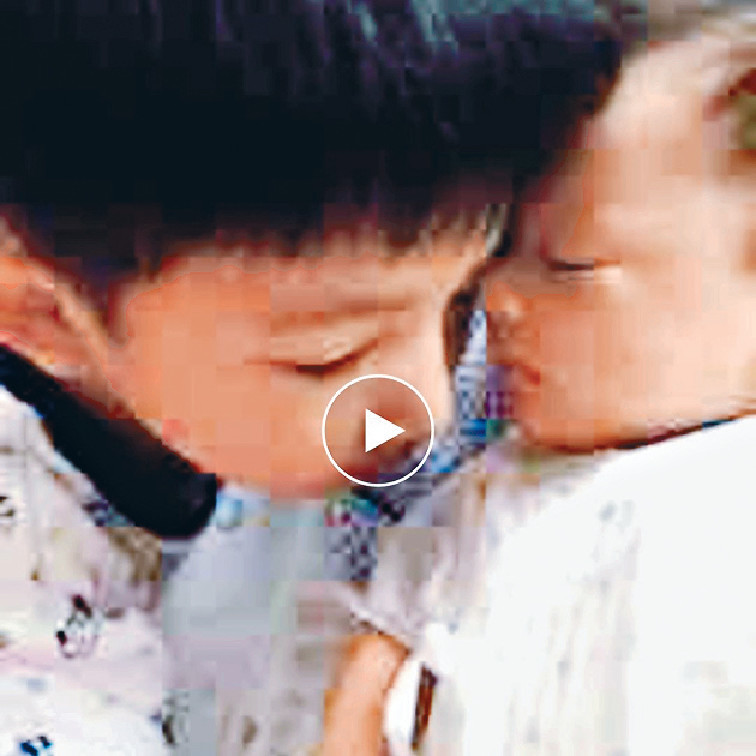 晒B仔萌樣 ■Marie日前先後po咗兩張孻仔照片,一張係哥哥親親弟弟;另一張是baby以手遮樣熟睡中,人母鬼馬留言話「無奶飲,發緊夢」。