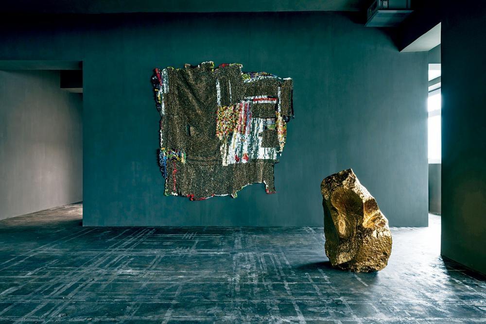 維伍德畫廊樓高兩層,兩層展出的作品風格迥異。