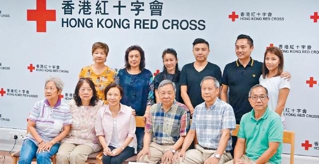 ■冼女士(前排左三)與失散嘅家人團聚。