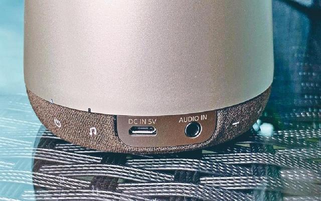 ■除了充電及3.5mm插口,開關及功能鍵亦設於底部。