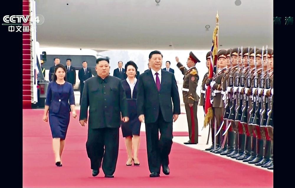 習近平到訪北韓,金正恩親自接機。 央視畫面