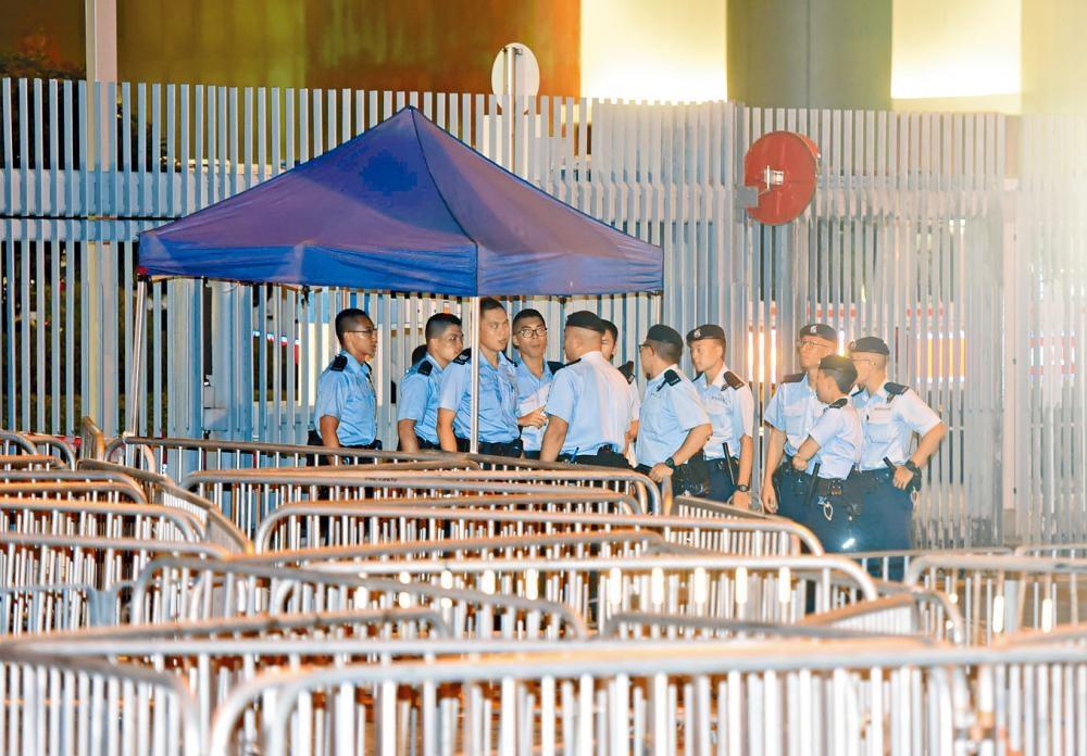 由於有團體揚言今日包圍政府總部,警方昨夜加強戒備。
