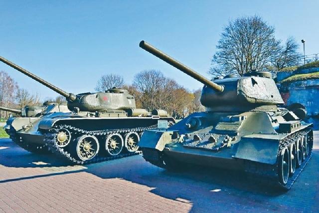 ■廣場上展出多輛退役的蘇製坦克。