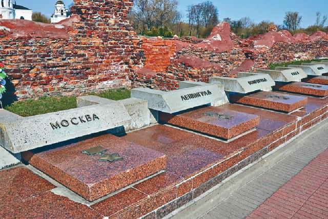 ■不少陣亡將士埋葬於廣場之內。