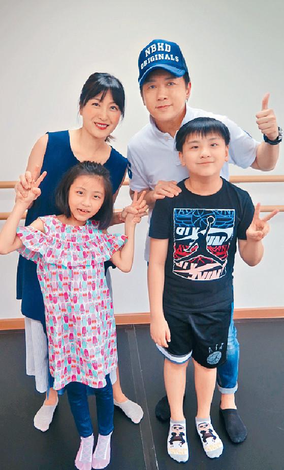 ■子博和鄭文各自帶同9歲卓楠及8歲的Sabrine參與演出。