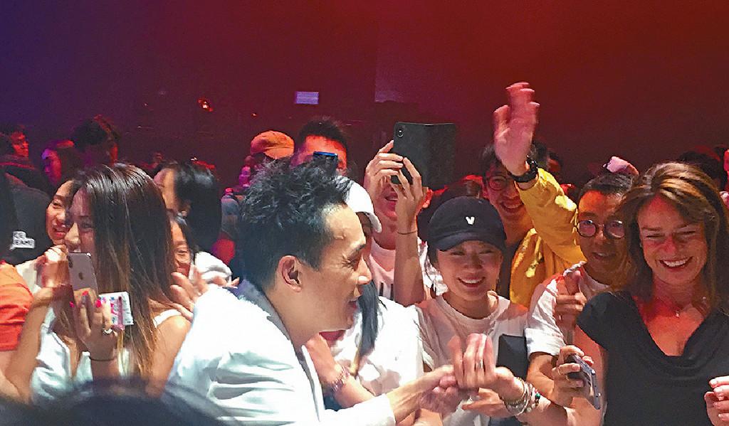 ■落台時,泰臣勁受歡迎,被觀眾包圍住握手及集郵。