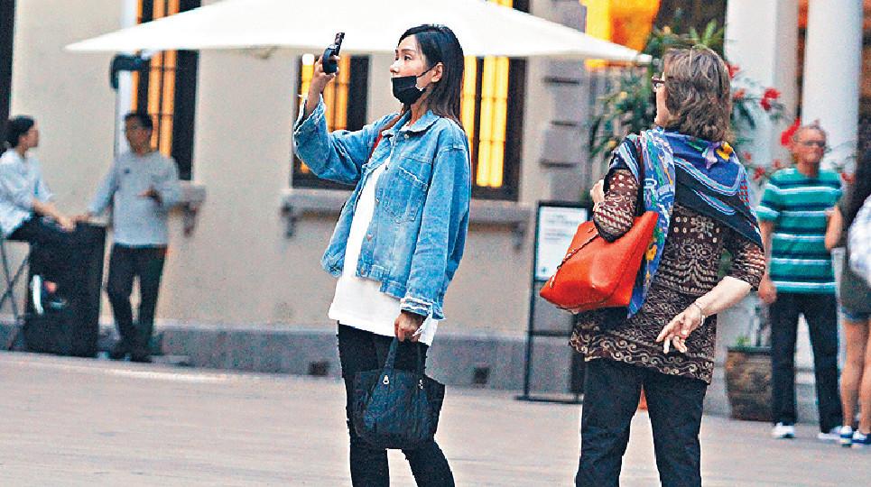 ■楊恭如到大館後,即拿出手機不停影相。