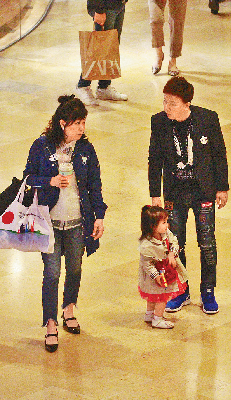 ■打扮新潮嘅尹光和愛妻陪兩歲孫女行商場。