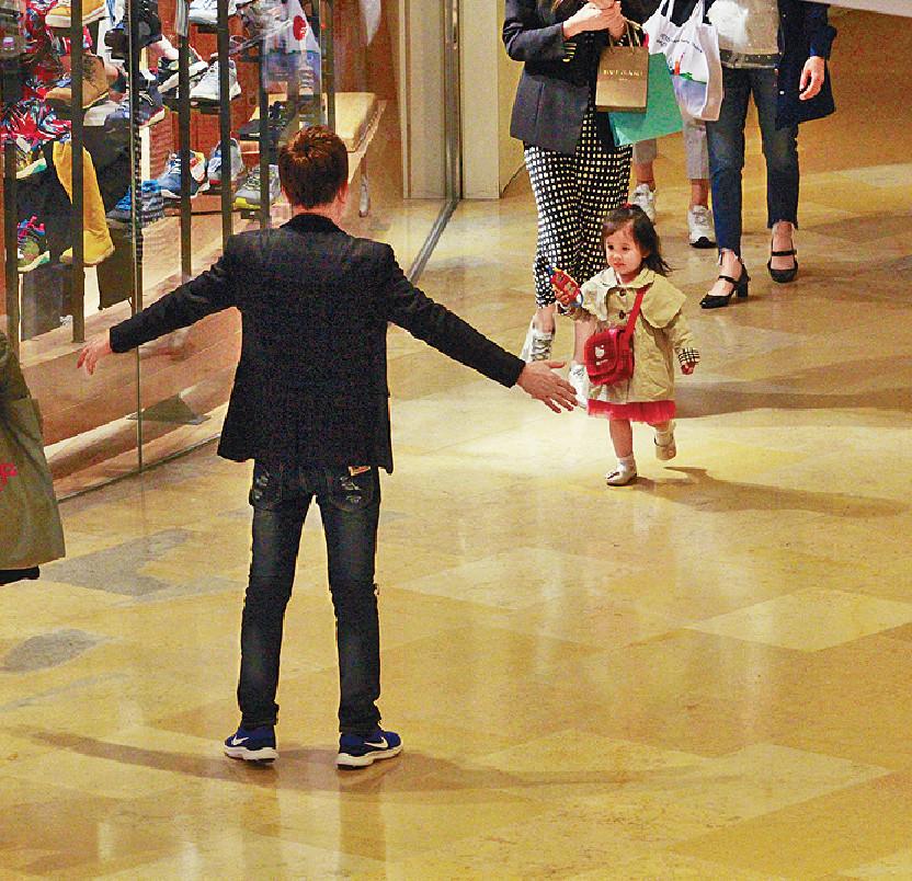 ■尹光張開雙手同小孫女玩。