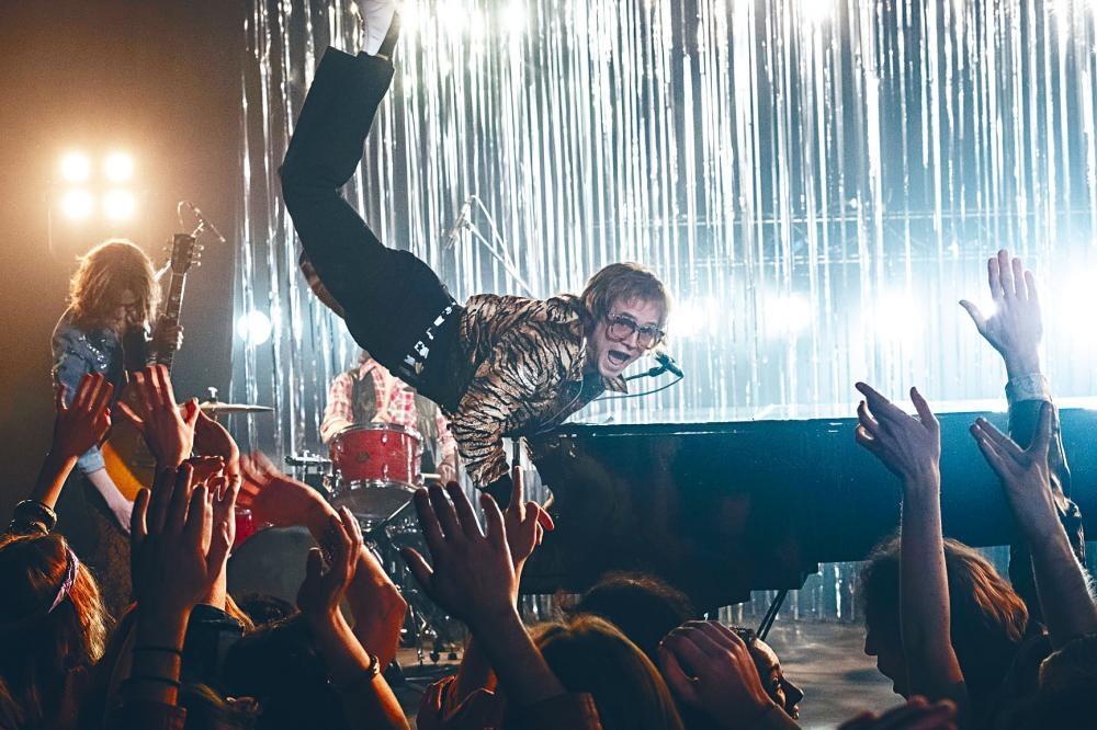 《搖滾太空人》奏起Elton John的搖滾狂想曲。