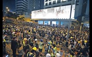 癱瘓六幢政府大樓  示威者圍堵警總