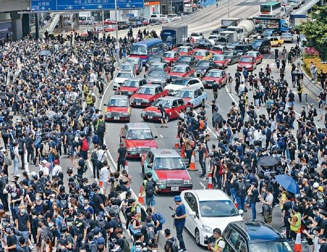 ■添馬政府總部對開的夏愨道被示威者佔領。