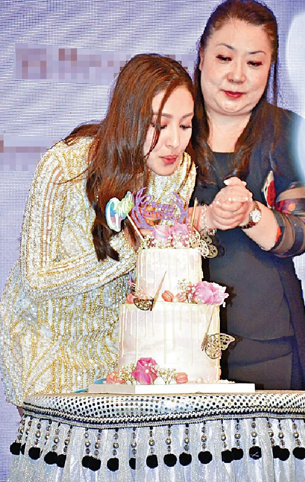 ■大會送上蛋糕,為Grace預祝28歲生日。